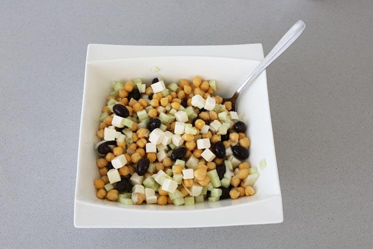 Mezcla los ingredientes de la ensalada de garbanzos