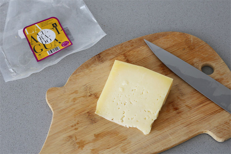 Cortar el queso curado