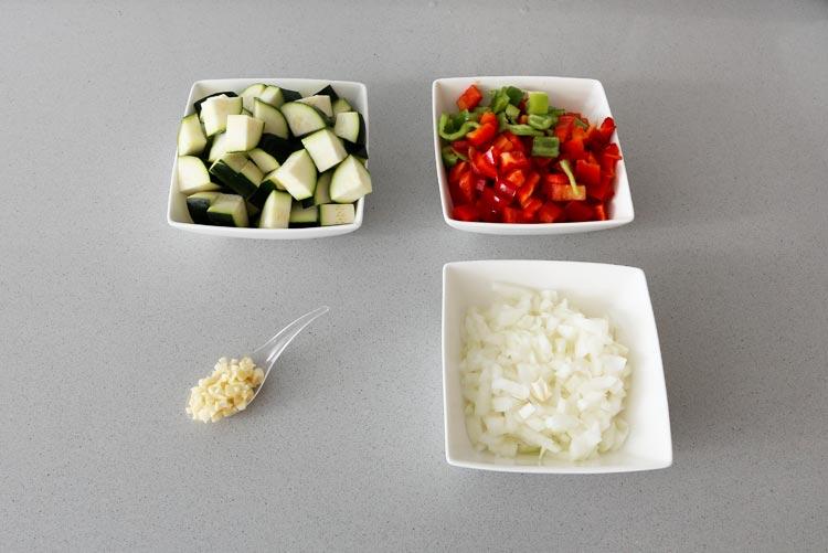 Cortar las hortalizas del pisto