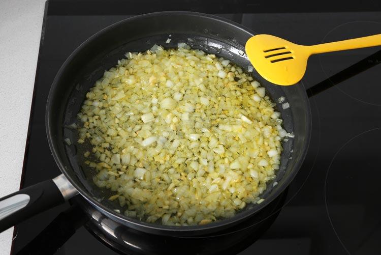 Pochar la cebolla hasta que esté dorada