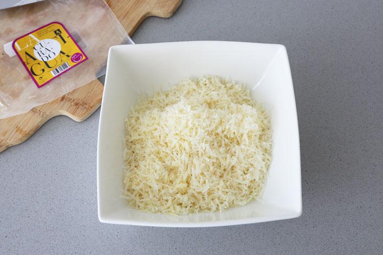 Rallar el queso curado