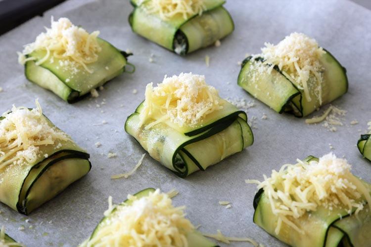 Espolvorea los ravioli con queso rallado