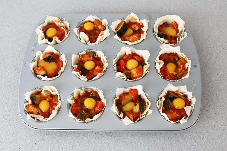 Rellenar las cestas con el pisto y el huevo de codorniz
