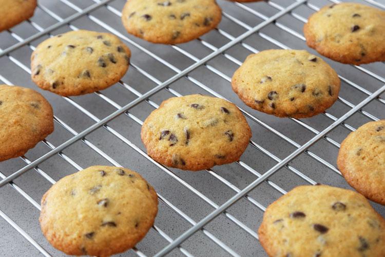 Hornear las cookies y dejar enfriar sobre una rejilla