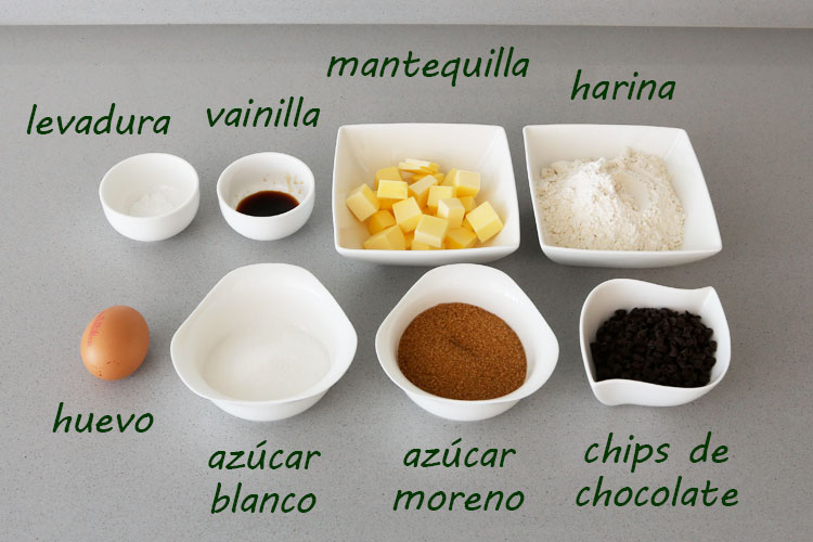 Ingredientes para hacer cookies con gotas de chocolate