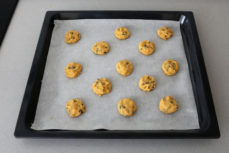 Hacer montoncitos con la masa de cookies