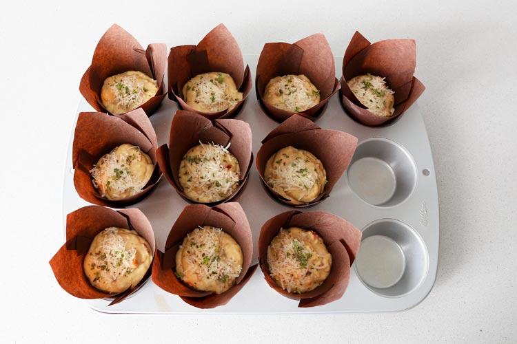 Y espolvorear los muffins con queso rallado y una hierba aromática