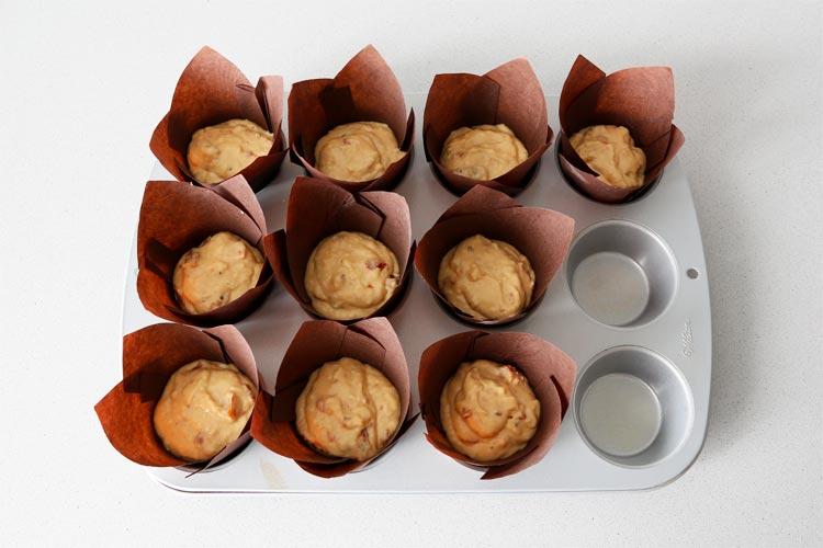 Rellenar los moldes para muffins