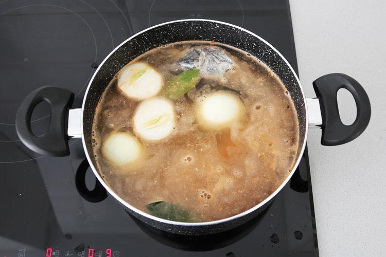 Añadir la cebolla, el laurel, la sal y el agua