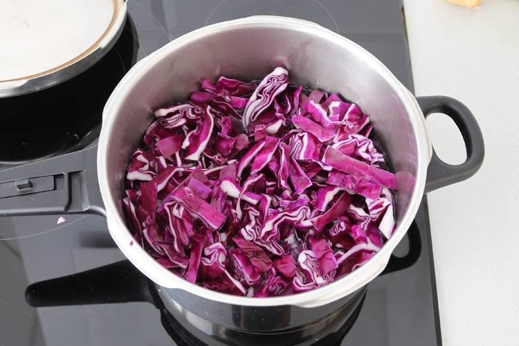 Poner a cocer la lombarda con agua y sal