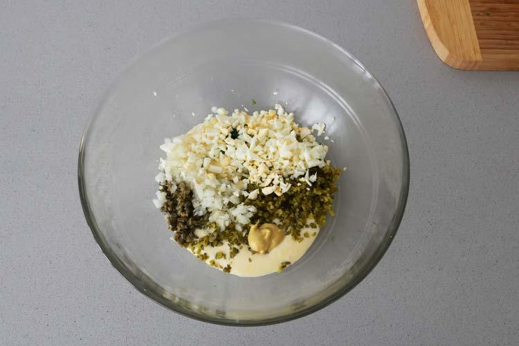 Mezclar los ingredientes de la salsa tártara