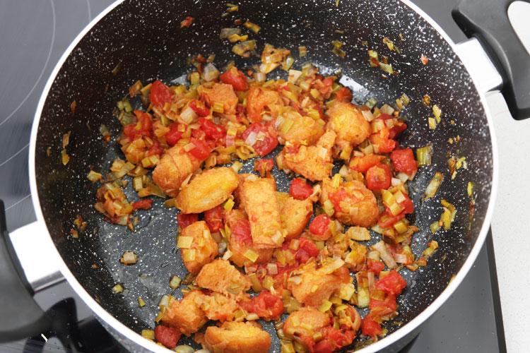 Añadir el tomate al sofrito