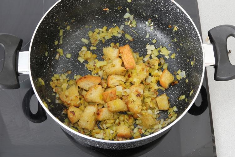 Sofreír el ajo, el puerro y el pan en un poco de aceite de oliva