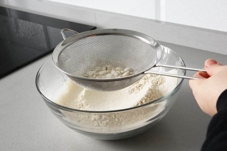 Tamizar la harina tostada