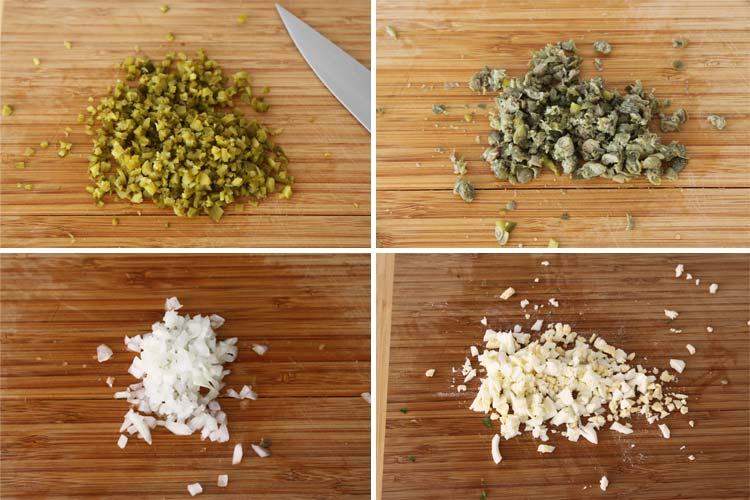 Trocear los pepinillos, las alcaparras, la cebolla y el huevo duro de la salsa tartará