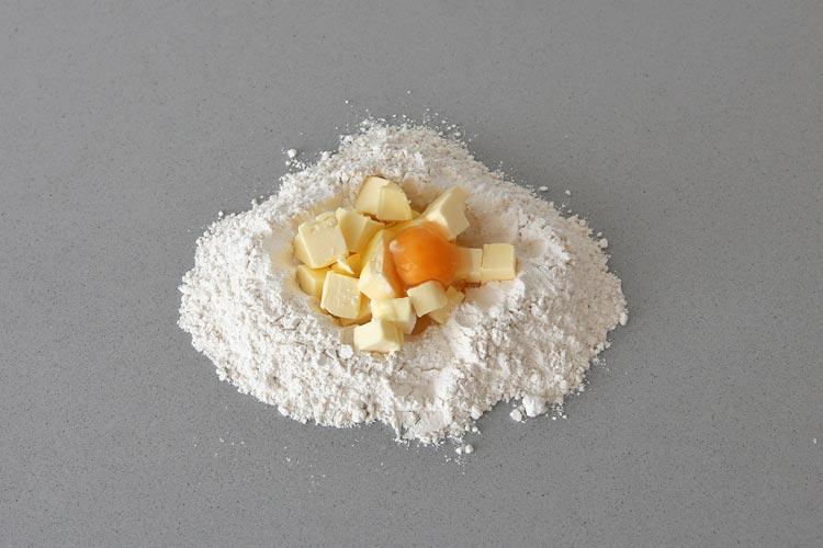 Amasar los ingredientes de la masa quebrada
