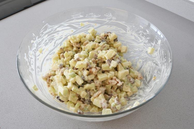 Incorporar la mahonesa para obtener la salsa de la ensalada