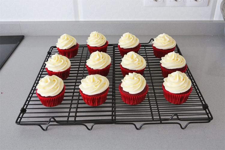 Cupcakes red velvet decorados con crema de queso