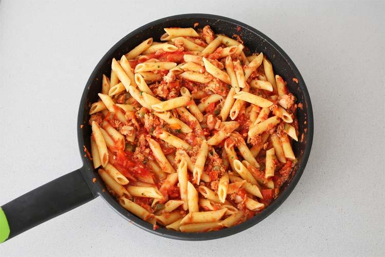 Escurrir los macarrones y unirlos con la salsa de tomate y atún