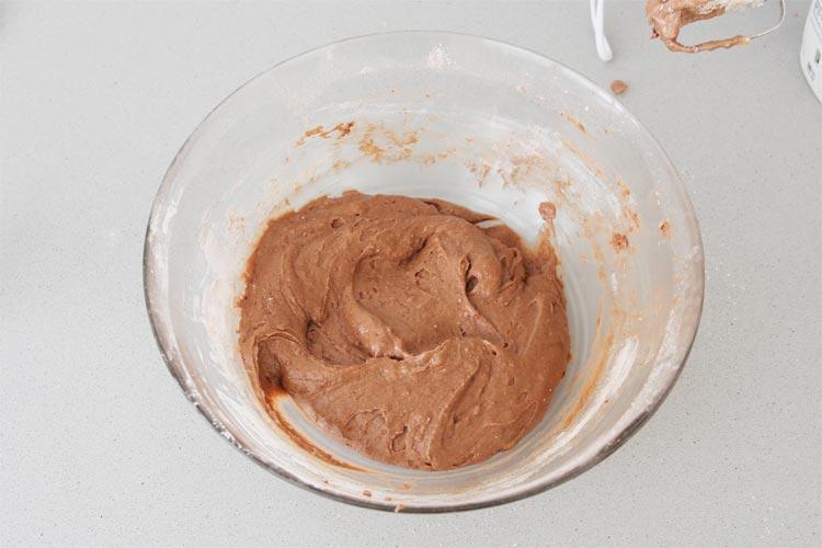 Añadir la leche y la harina