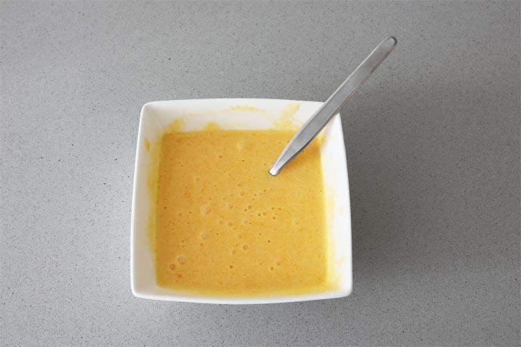 Mezclar las yemas con el azúcar