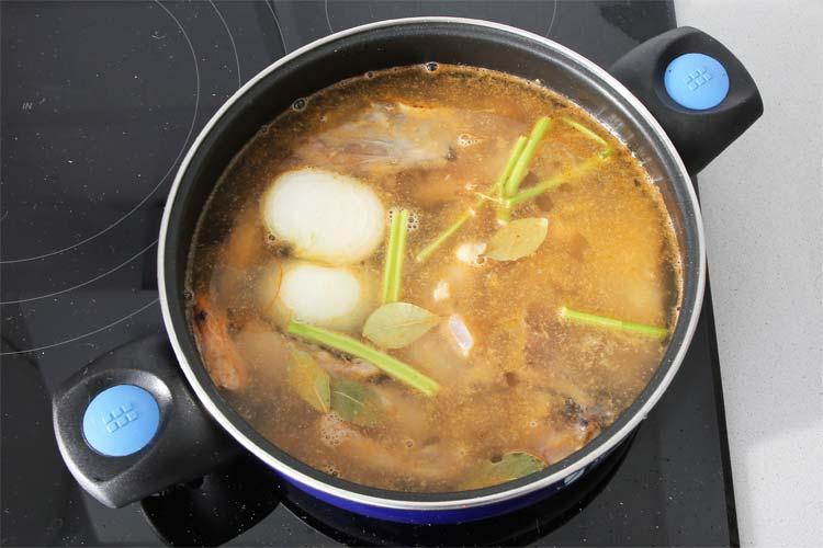 Poner a cocer todos los ingredientes del caldo de pescado