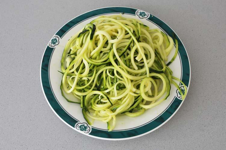 Cortar espaguetis calabacín