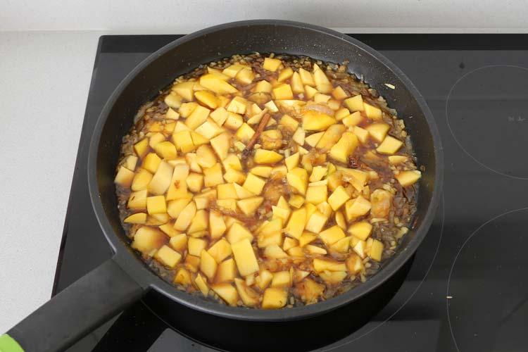Incorporar el mango, el vinagre y el azúcar