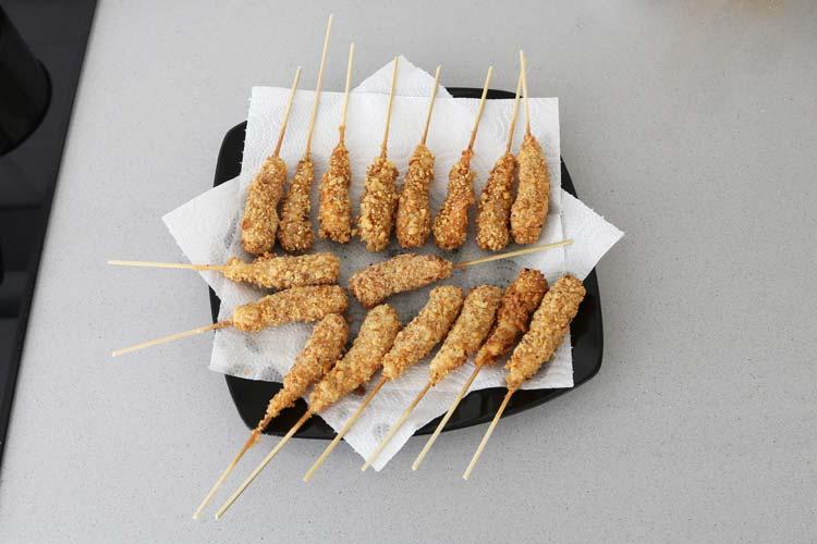 Freír los langostinos y dejarlos sobre un papel de cocina que absorba la grasa sobrante