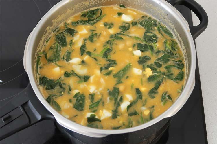 Añadir el huevo duro picado al potaje