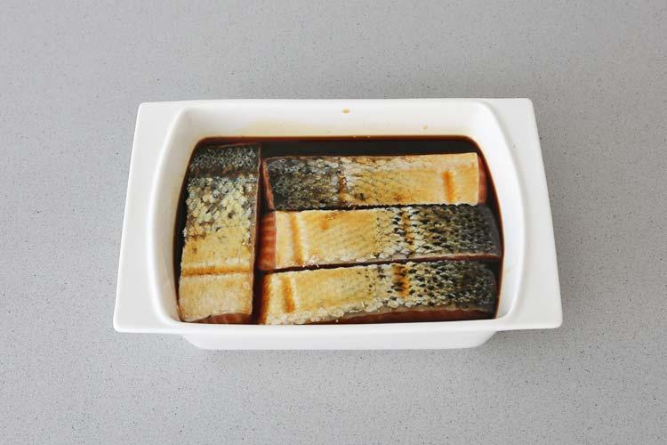 Marinar los lomos de salmón en la salsa de soja y miel