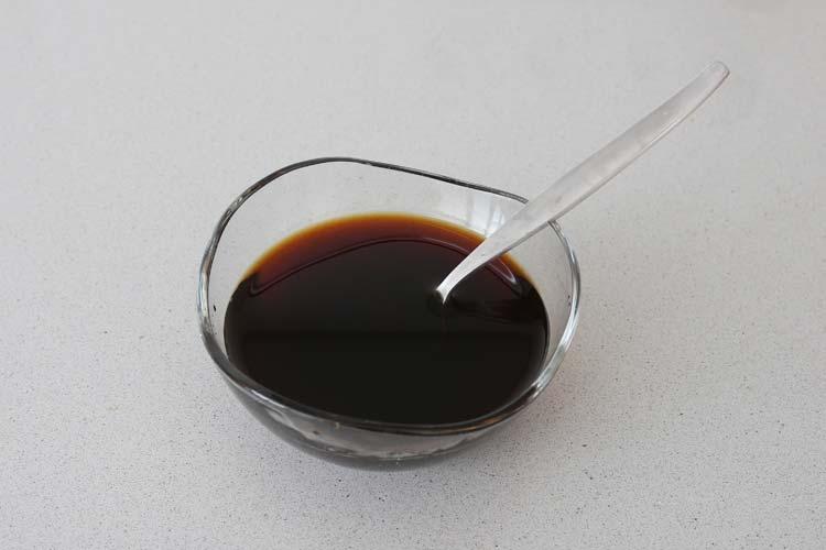 Mezclar la salsa de soja con la miel