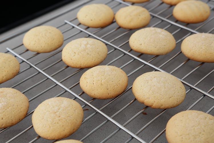 Hornear las galletas de nata