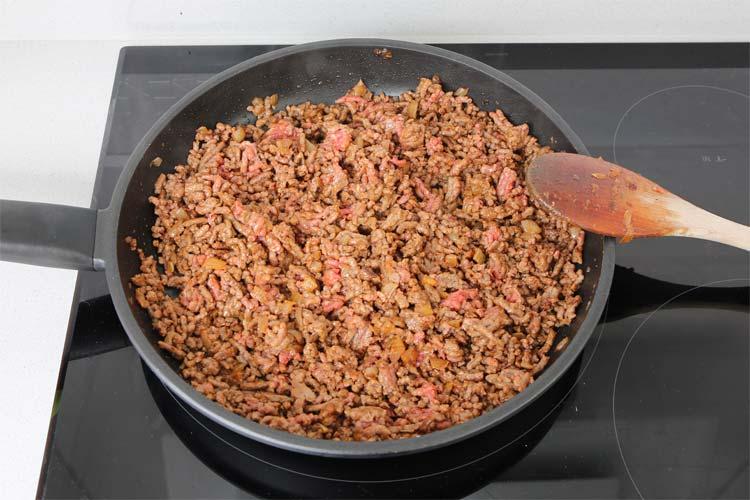 Dorar la carne y añadir el tomate