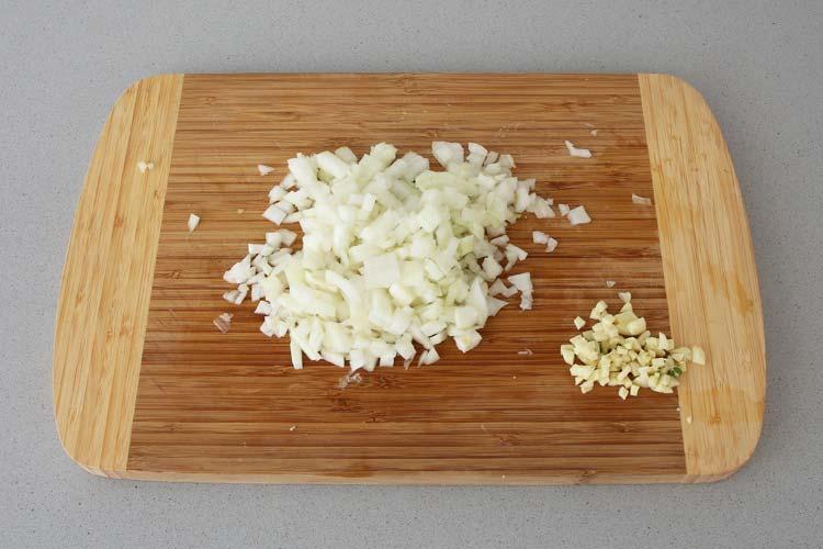 Picar la cebolla y el ajo
