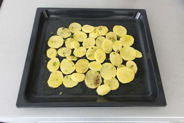 Hornear las patatas con aceite de oliva, sal, pimienta y tomillo