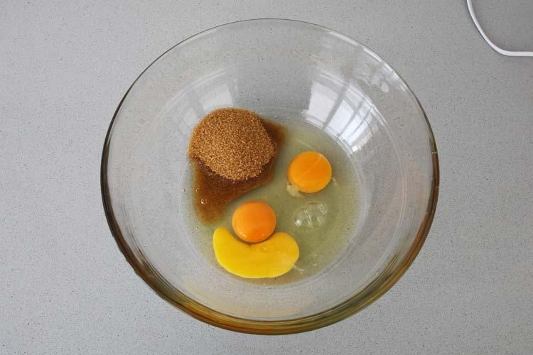 Batir los huevos junto con el azúcar