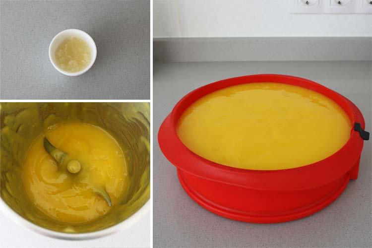 Prepara la cobertura de la cheesecake con el mango triturado, el azúcar y la gelatina fundida