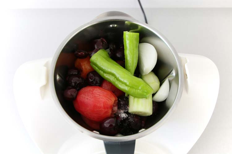 Colocar todos los ingredientes del gazpacho en el robot