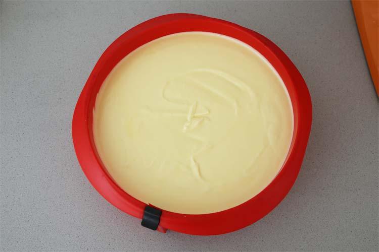 Verter la crema de queso y mango en el molde