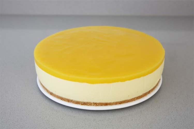 Desmolda con cuidado la cheesecake de mango