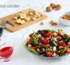 Ensalada con queso, nueces y vinagreta de frutos rojos