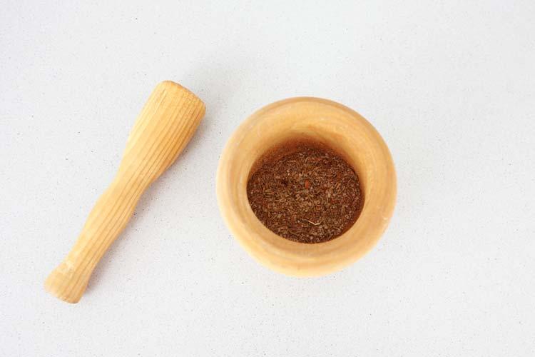 Majar en un mortero los ingredientes del marinado
