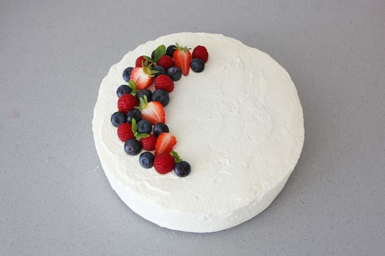 Pastel tres leches decorado con frutos rojos