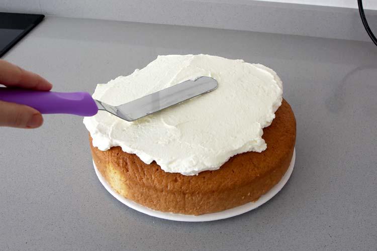 pastel tres leches cubierto con nata