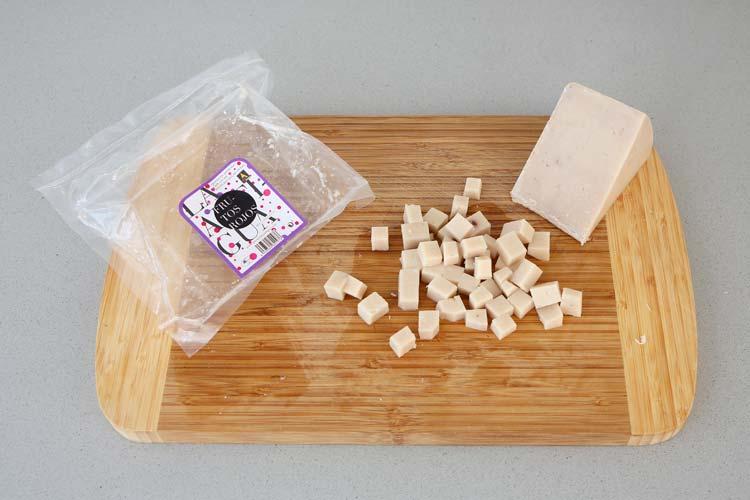 Trocear el queso de frutos rojos