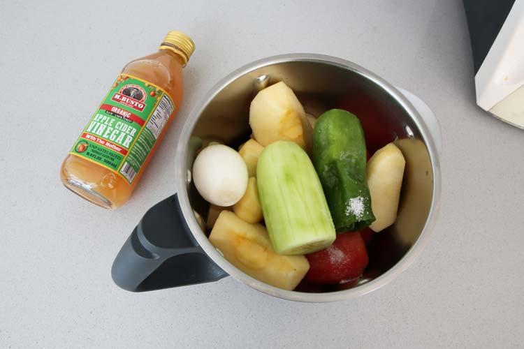 Triturar los ingredientes del gazpacho de manzana