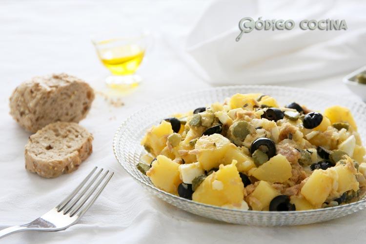 Ensalada de patata, atún y huevo
