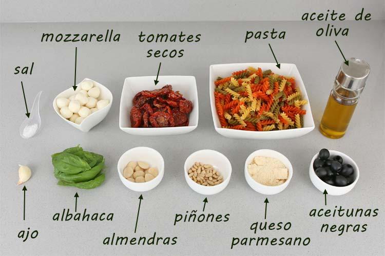 Ingredientes para hacer ensalada de pasta con pesto rojo