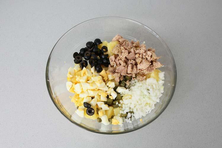 Mezclar los ingredientes de la ensalada